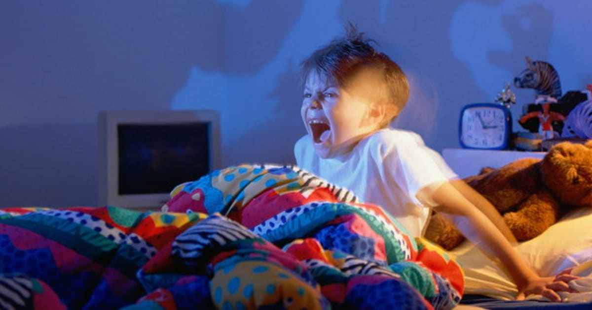 the difference between night terrors and nightmares The difference between nightmares and night terrors is that with nightmares, children are usually able to remember what they're about with a night terror.
