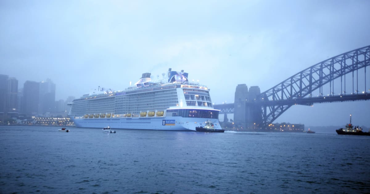Watch Australias Largest Cruise Ship Dock In Sydney Harbour - Cruise ship movements sydney harbour