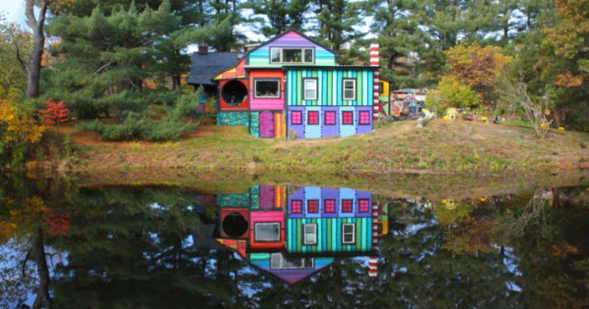 photos maison insolite une artiste transforme une vieille ferme en maison aux couleurs de l. Black Bedroom Furniture Sets. Home Design Ideas