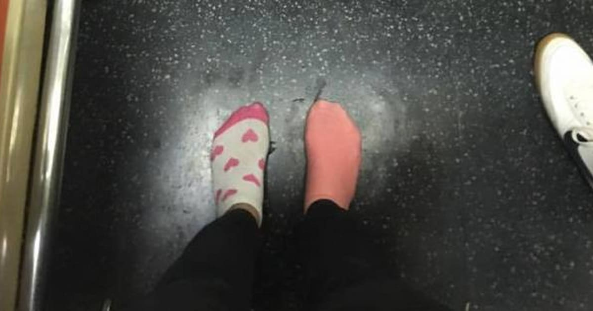 Kay brown dona le scarpe ad una senzatetto scalza in for Planimetria casa 1200 piedi quadrati