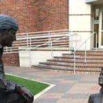Esta estátua gerou muita polêmica nos Estados Unidos.