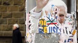 Un cura italiano quema una foto de Benedicto XVI durante la