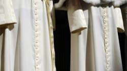 In vetrina gli abiti del nuovo Papa. La sarta del Vaticano si racconta (FOTO,