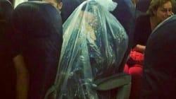 Que fait cet homme dans un sac