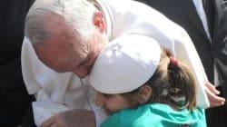 Papa Francesco: la Chiesa non esclude nessuno, nemmeno atei e non sposati
