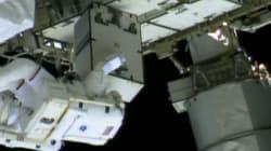 Deux astronautes réparent la Station spatiale internationale en