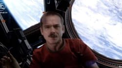 L'astronauta più amato del mondo canta David Bowie nello spazio (FOTO