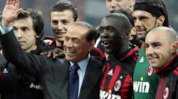 La vacanza di Silvio Berlusconi a Villa Certosa: il giardino, Francesca Pascale, e tanto Milan