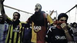 Quand les supporters de clubs rivaux d'Istanbul s'unissent contre le