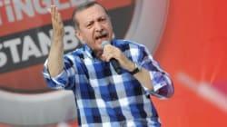 Erdogan arringa una folla oceanica e cambia strategia. Ma arriva lo sciopero
