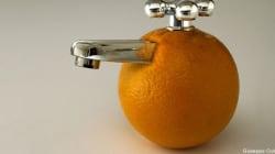 Un'arancia con rubinetto