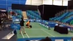 Un match de badminton se transforme en