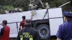 Pullman giù dal viadotto autostradale, le immagini della tragedia