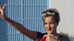 Amina scarcerata, fa il segno della vittoria (FOTO,