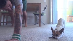 Il fait du yoga avec son