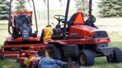 Des ouvriers de la Ville de Winnipeg font la sieste au parc