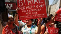 Grève des employés de la restauration rapide: des hommes et des femmes se tiennent
