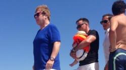 Elton John, relax a Saint Tropez con compagno e figli