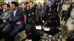 En Iran, un cliché de femmes journalistes travaillant au sol enflamme le
