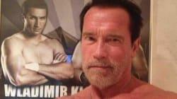 Schwarzy montre ses muscles sur