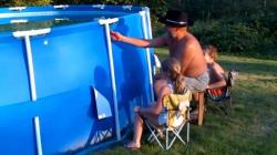 Comment vider une piscine en 2 secondes (à vos risques et