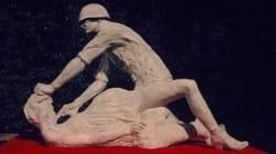 En Pologne, une sculpture d'un soldat soviétique violant une