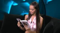 Elle va lire son livre sur