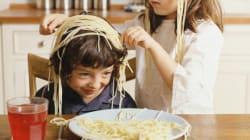 Plus l'enfant joue avec sa nourriture, plus il