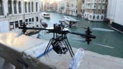 Un drone vola sul Ponte di Rialto a
