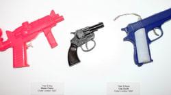 Un enseignant expose les jouets confisqués à ses