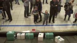 Sorpresa en el aeropuerto: en vez de maletas, regalos