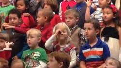 Canta la canzone di Natale nella lingua dei segni per i genitori sordi
