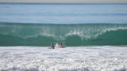 Mais qu'est-ce qui se cache dans la vague derrière ces deux