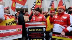Des dizaines d'admirateurs célèbrent les 45 ans de Michael Schumacher