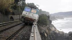 Liguria flagellata dal maltempo. Deraglia un treno: due