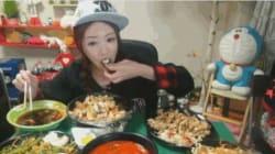 10 000$ par mois pour manger devant sa webcam