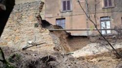 Maltempo: crolla un tratto di mura medievali a Volterra