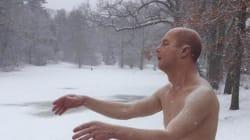 Une statue hyperréaliste d'un homme en slip perturbe les