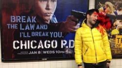 L'artiste qui se fait virtuellement tuer par des affiches de film