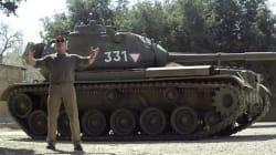 Schwarzy écrase tout avec son tank...pour la bonne cause!