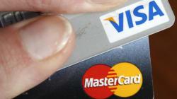 Visa et Mastercard coupent leur service à des clients de banques
