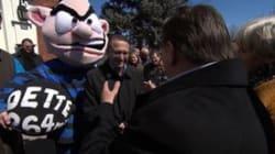 François Legault chahute la mascotte Joe