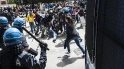 Tensione e feriti durante lo sgombero di uno stabile occupato (FOTO,