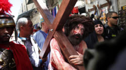 Pèlerins et Palestiniens chrétiens commémorent la passion du Christ à