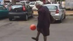 Cette mamie italienne joue au foot comme une vraie