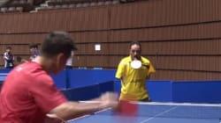 Il joue au ping pong sans les