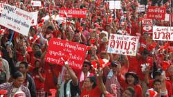 Rouge, jaune, rose... la couleur des chemises en Thaïlande est