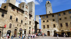 A San Gimignano via gli aitanti dentro i turisti