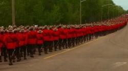 D'émouvantes photos des funérailles des trois policiers morts à