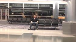 Vous ne savez pas quoi faire seul dans un aéroport ? Il a